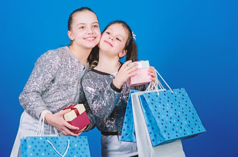 Ni?os felices E Peque?as muchachas con los bolsos de compras Ventas y descuentos hermandad fotos de archivo