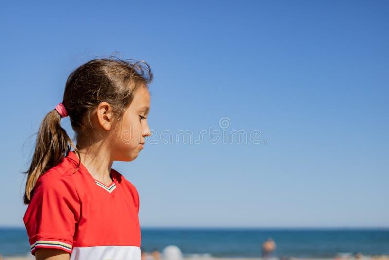 Ni?a que presenta en la playa fotografía de archivo