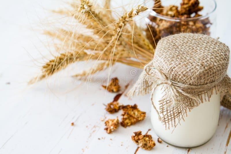 Download Śniadanie - Granola, Jogurt, Banatka Zdjęcie Stock - Obraz złożonej z biały, cukierki: 57667680