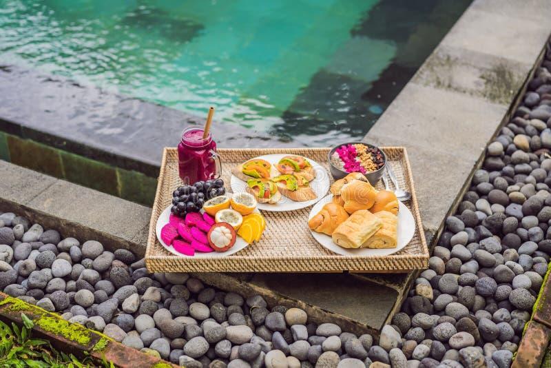 ?niadanie na tacy z owoc, babeczki, avocado ?ciska basenem, smoothie puchar Lato zdrowa dieta, weganin obrazy royalty free