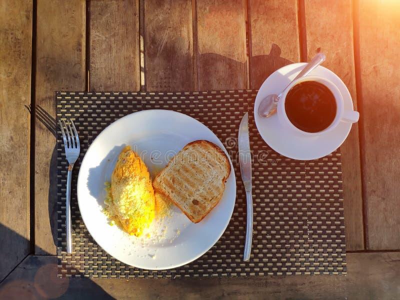 ?niadanie outdoors Grzanka na, omlet i, jesteśmy na stole Cutlery kłamstwo niedaleki zdjęcie stock