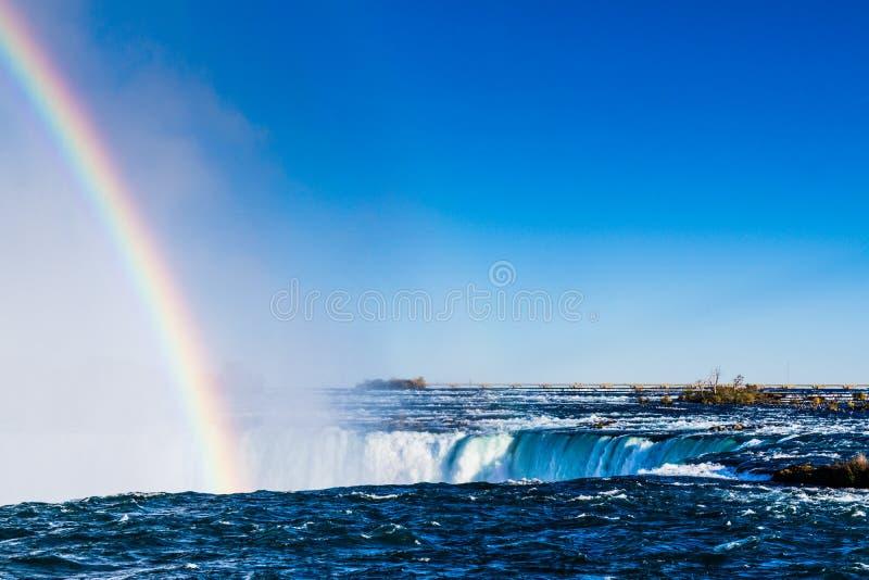 Niagara Falls avec l'arc-en-ciel images stock