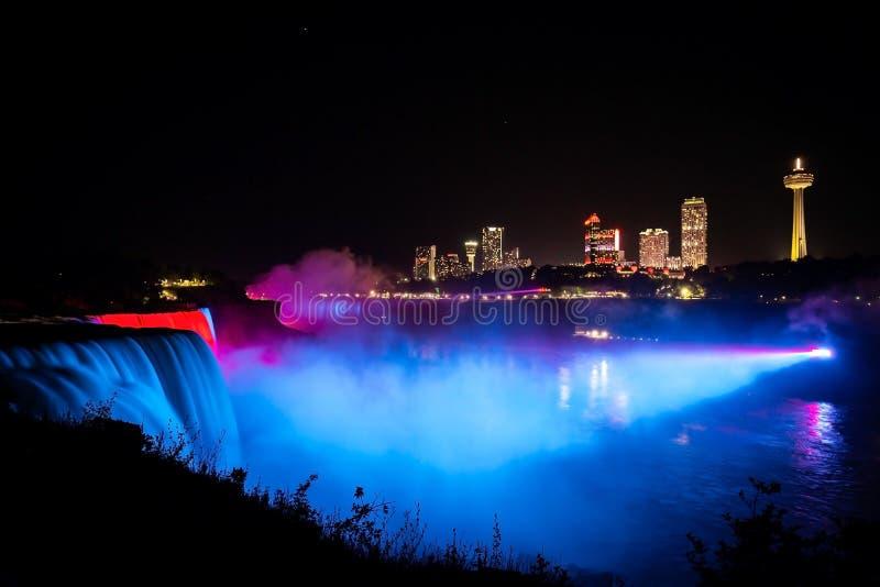 Niagara Falls belichtete mit Farblichtern nachts stockfotos
