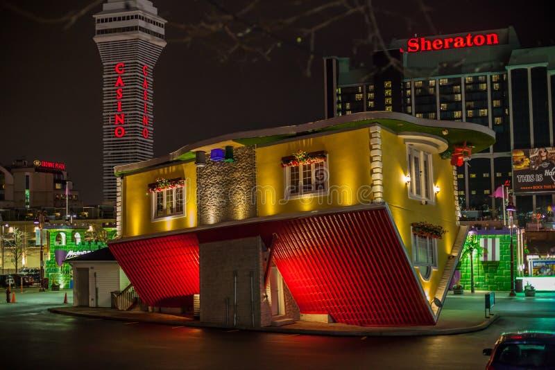 NIAGARA FALLS, CANADÁ - 1º DE NOVEMBRO DE 2018: Casa de cabeça para baixo, opinião da noite fotos de stock royalty free