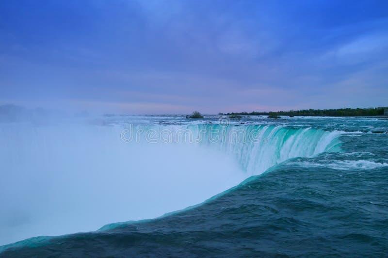 Niagara Falls in de avond stock foto
