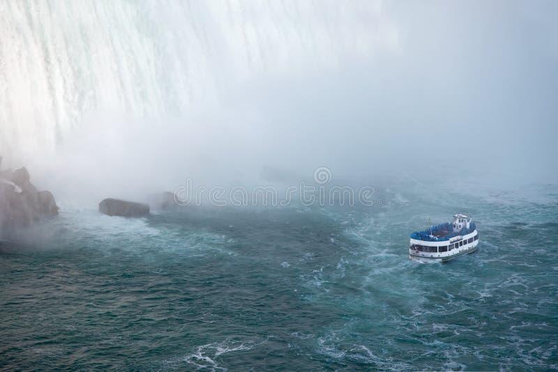 Niagara Falls e empregada doméstica do barco da excursão da névoa fotografia de stock