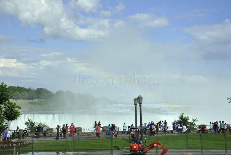 Niagara Falls, el 24 de junio: Turistas que miran el arco iris en Niagara Falls del lado canadiense fotografía de archivo