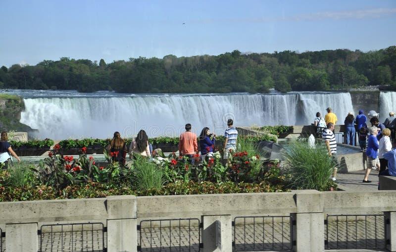 Niagara Falls, el 24 de junio: Turistas que miran las cascadas de Niagara Falls de Canadá imagen de archivo libre de regalías