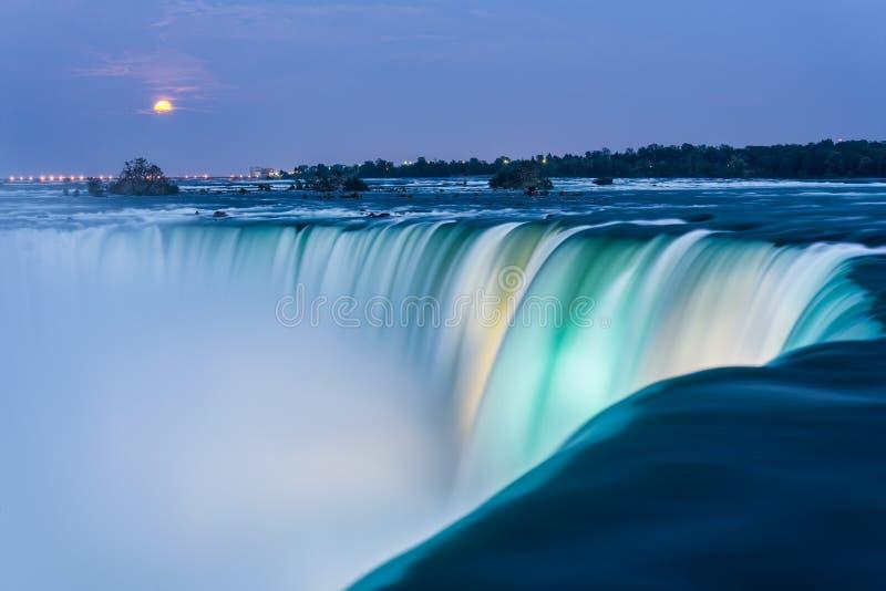 Niagara Falls en la oscuridad fotografía de archivo