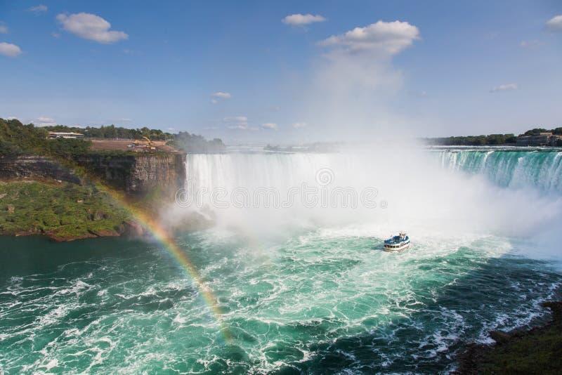 Niagara Falls med en regnbåge royaltyfri foto