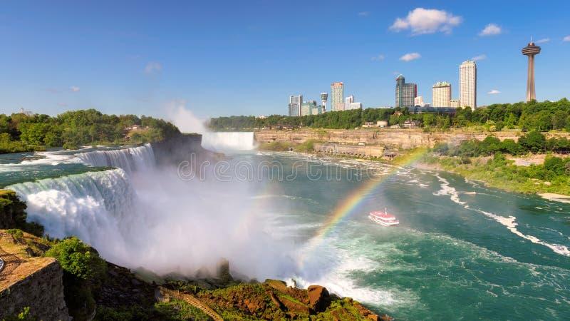 Niagara Falls med regnbågen på sommarmorgonen i New York, USA fotografering för bildbyråer