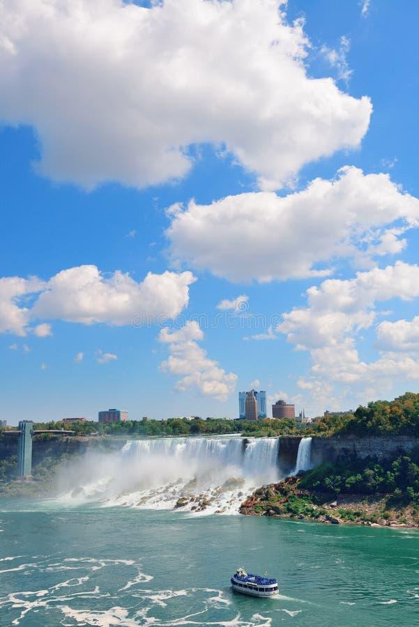 Niagara Falls mit Boot lizenzfreie stockfotos
