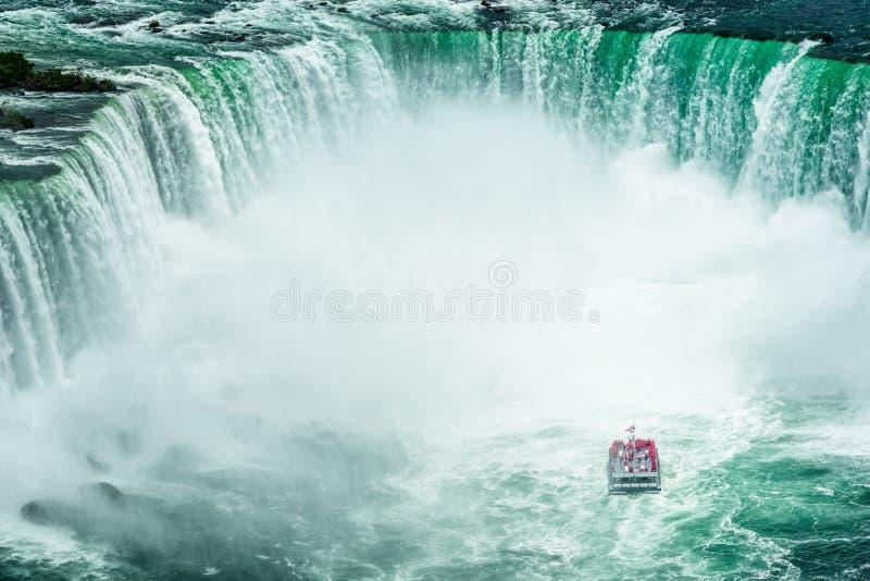 Niagara Falls mit Passagier-Schiff stockfotos