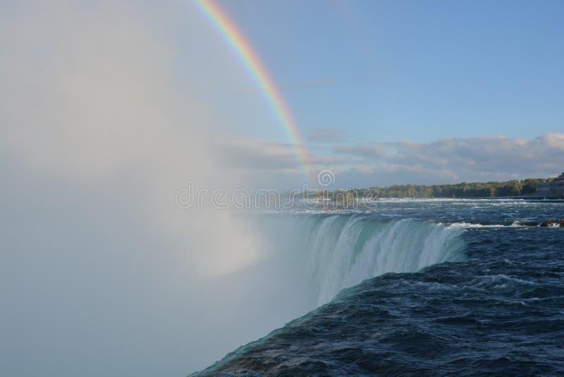 Niagara Falls mit Regenbogen stockfotos