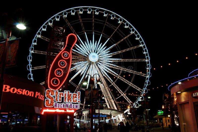 Niagara Falls, Ontário, Canadá - 17 de abril de 2014: As luzes da noite da roda de Ferris de Niagara Falls SkyWheel imagens de stock royalty free