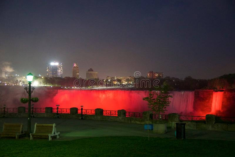 NIAGARA FALLS, ONTARIO, KANADA - 21. Mai 2018: Niagara Falls belichtet die Fälle nachts auf dem Kanadier und stockfotos