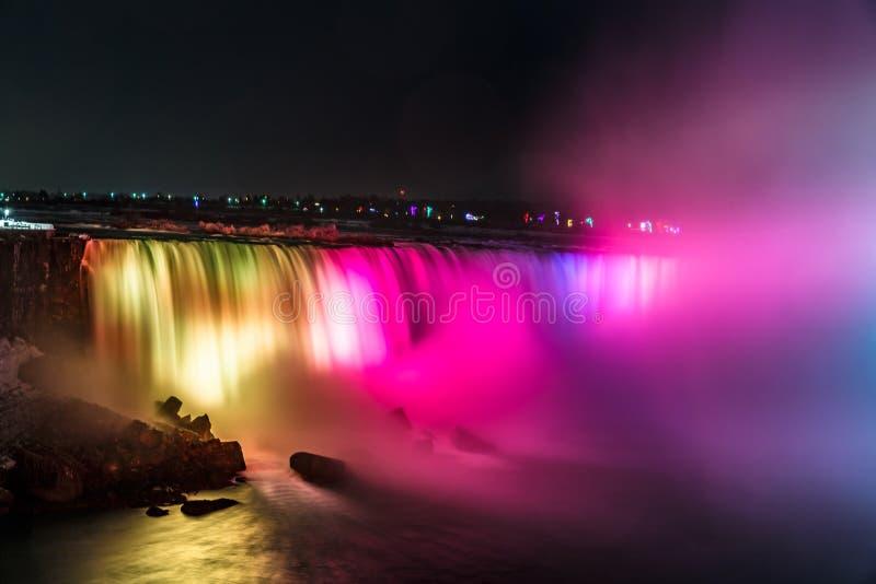 Niagara Falls på natten, Ontario, Kanada Gräns mellan USA och Kanada royaltyfria foton