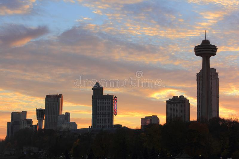 Niagara Falls stadshorisont och solnedgång royaltyfria foton