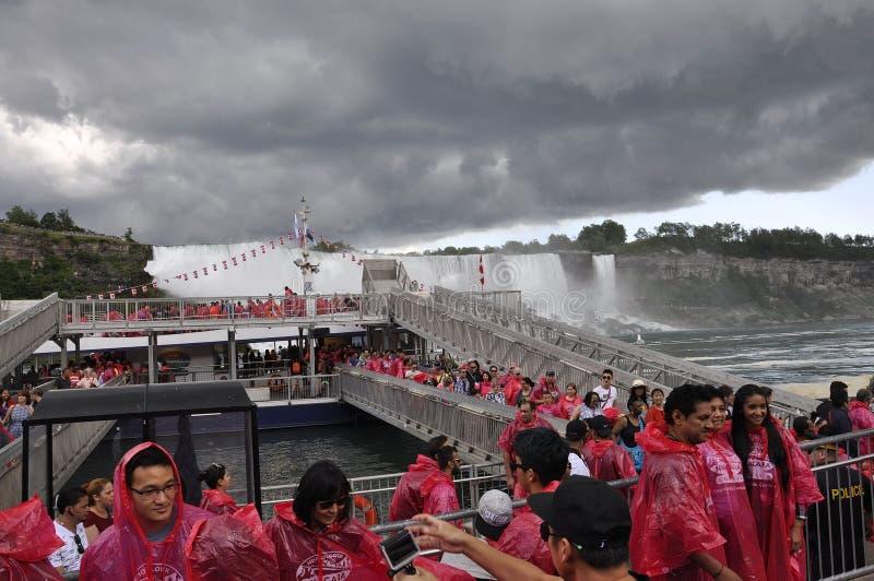 Niagara Falls 24th juni: Hornblower kryssningställe från Niagara Falls av det Ontario landskapet i Kanada arkivfoton
