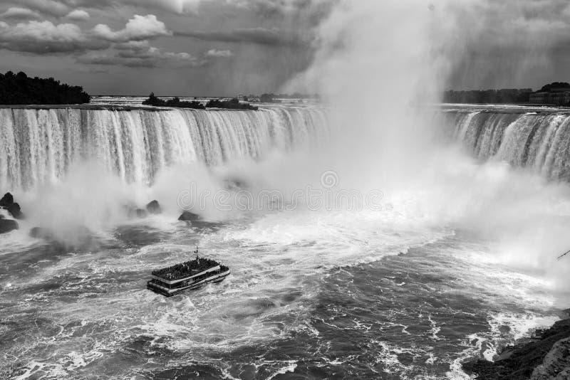 Niagara Falls um barco preto e branco fotos de stock royalty free
