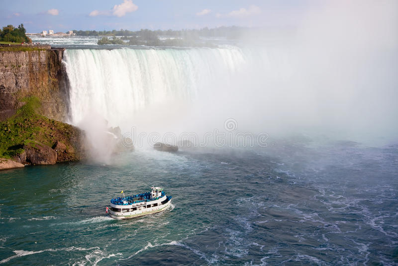 Niagara Falls und Mädchen des Nebel-Ausflug-Bootes lizenzfreie stockfotografie