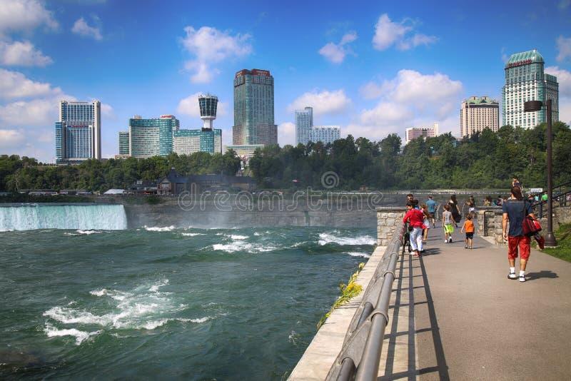 """Niagara Falls USA †""""Augusti 29, 2018: Turister beskådar Niagaren arkivbild"""