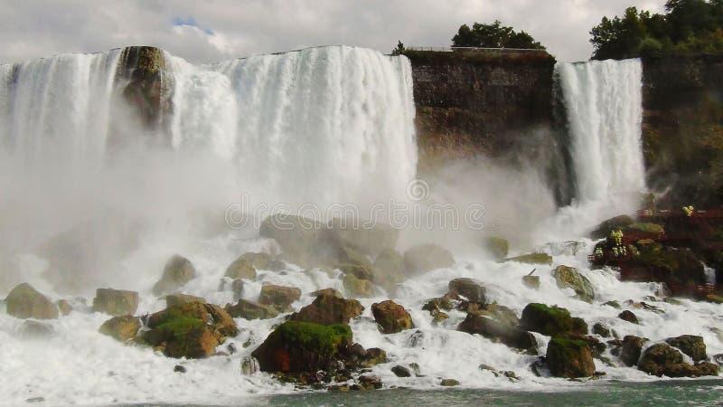 Niagara nedgånghästsko ontario Kanada USA Den härliga vattenfallet på blå himmel och vit fördunklar bakgrund royaltyfri bild
