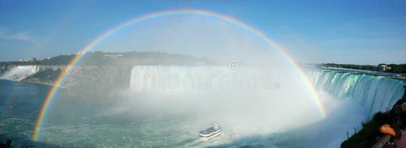 Niagara się ponad tęczą fotografia stock