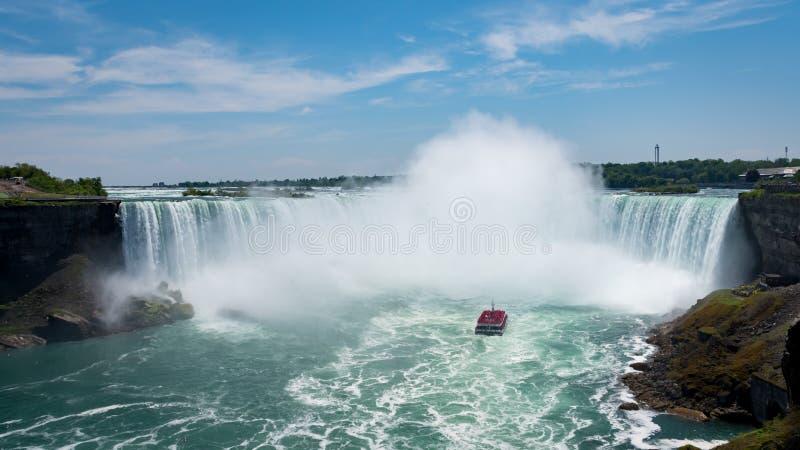 Niagara valt Hoefijzerdalingen met reisboot stock foto