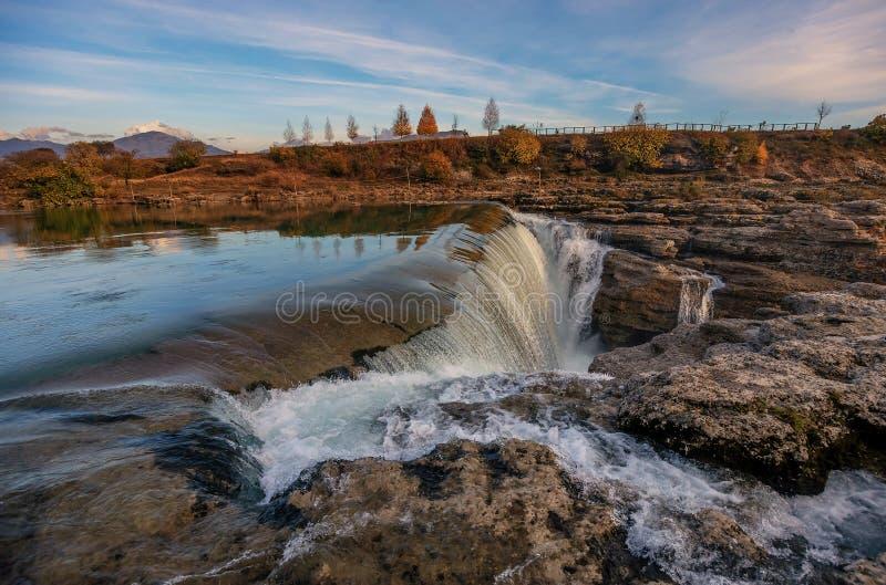 Niagara vattenfall på floden Cijevna nära Podgorica, Montenegro fotografering för bildbyråer