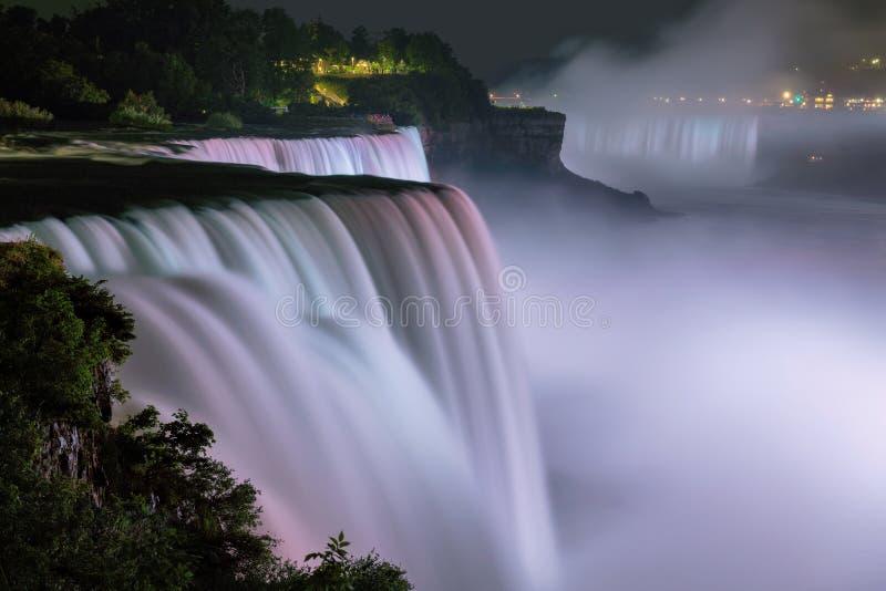Niagaradalingen bij nacht worden aangestoken die stock foto