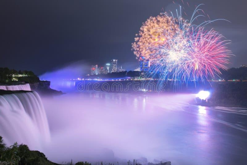 Niagaradalingen bij nacht worden aangestoken die royalty-vrije stock foto's
