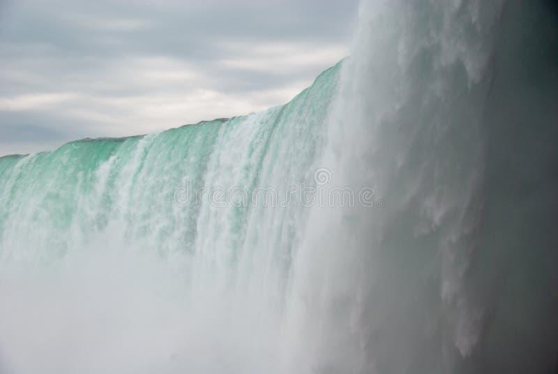 Niagaradalingen van onderaan - van kleur royalty-vrije stock afbeeldingen
