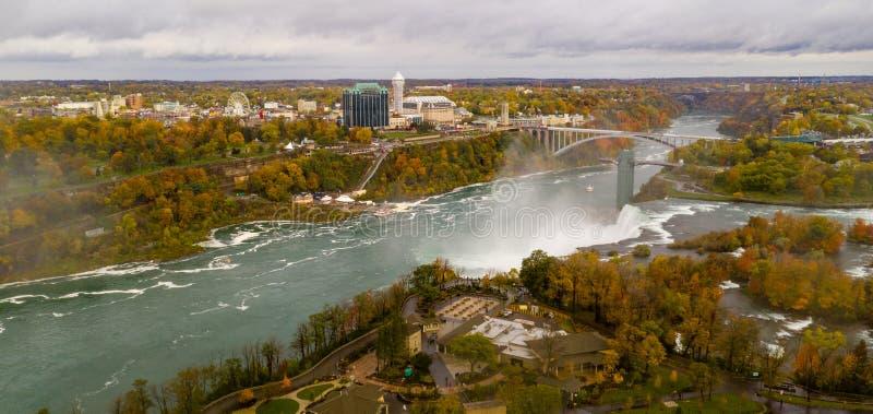 Niagra понижается Канада можно увидеть здесь от воздушной перспективы от Соединенных Штатов стоковая фотография rf