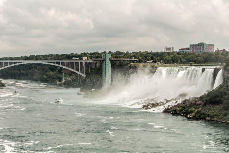 Niagra понижается Канада 06 09 Панорамный взгляд 2017 моста радуги около границы Америки Ниагарского Водопада к Канаде стоковые изображения