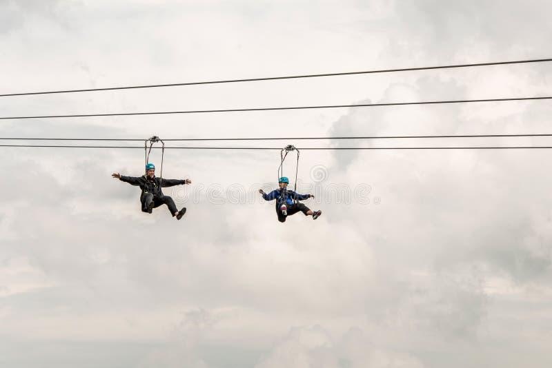 Niagra cai Canadá 06 09 2017 povos que usam ziplining extremo da atração de Zipline sobre as cachoeiras imagens de stock