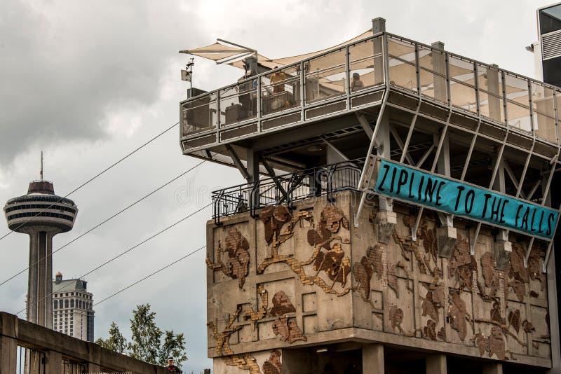 Niagra cai Canadá 06 09 2017 povos que usam ziplining extremo da atração de Zipline sobre as cachoeiras imagens de stock royalty free