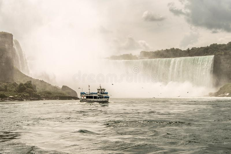 NIAGRA, ONTARIO Canada 06 09 2017 toeristen aan boord van het Meisje van de Mistboot bij de Niagara-Dalingen de V.S. royalty-vrije stock fotografie