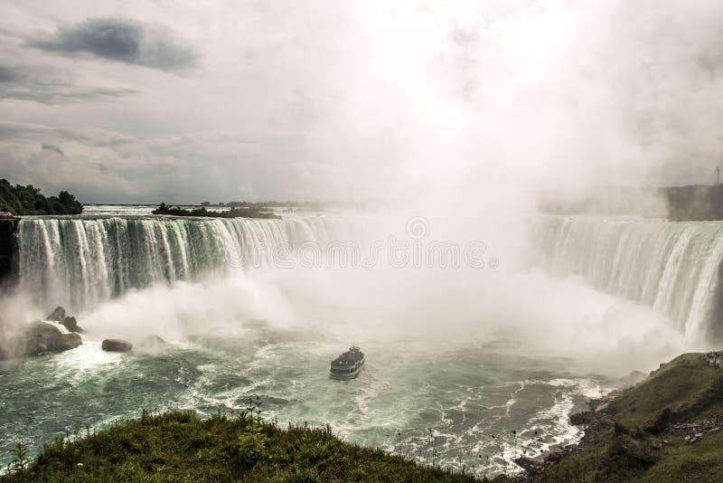 NIAGRA ONTARIO Kanada 06 09 2017 turister ombord hembiträdet av mistfartyget på Niagaraet Falls USA arkivfoto