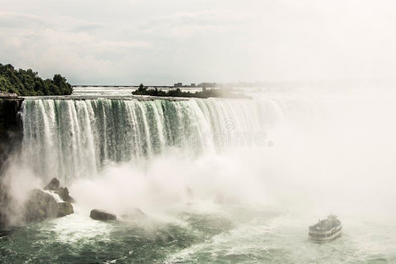 NIAGRA, ONTARIO Kanada 06 09 2017 turystów na pokładzie gosposia mgły łódź przy Niagara Spadają usa obrazy royalty free