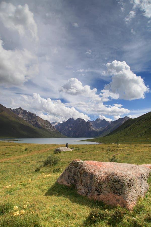 Nianbaoyuze berg och sjöar med blå himmel från Qinghai-provinsen royaltyfri bild