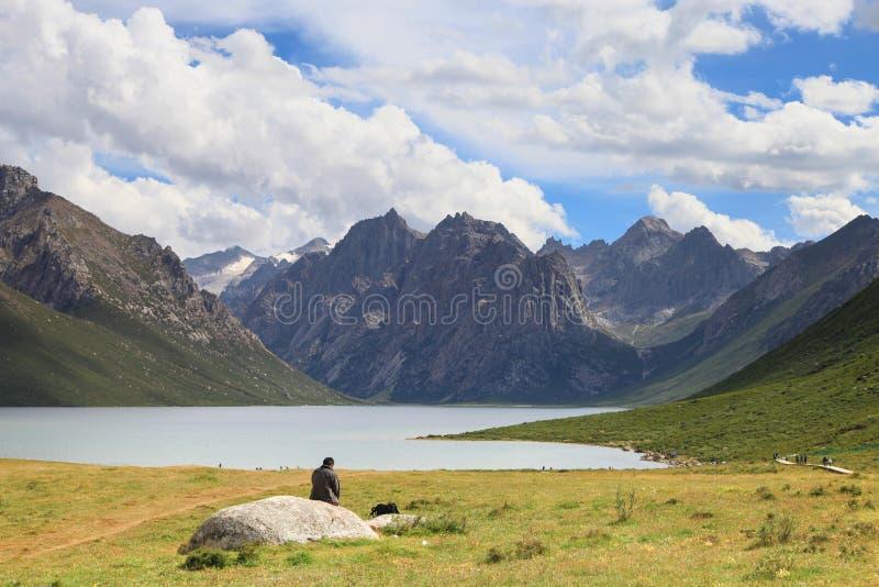 Nianbaoyuze berg och sjöar med blå himmel och resenärer från provinsen Qinghai arkivfoton