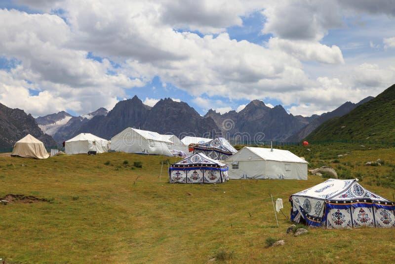 Nianbaoyuze berg och sjöar med blå himmel och som bor i Qinghai-provinsen arkivfoto