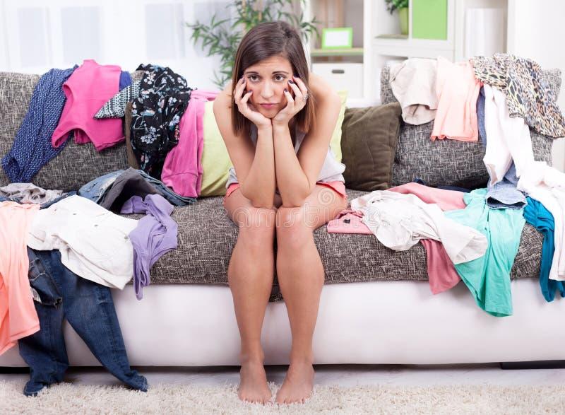 Nic być ubranym pojęcie, młoda kobieta decyduje co stawiać dalej zdjęcia royalty free