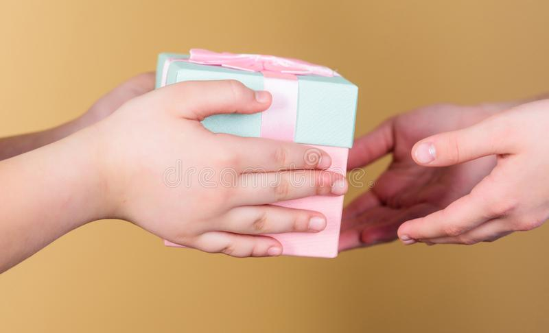 Nic gr?e serce jak dawa? prezentom ludzie ty kochasz da? prezent Childs r?k dawa? przedstawia pude?ko zdjęcia stock