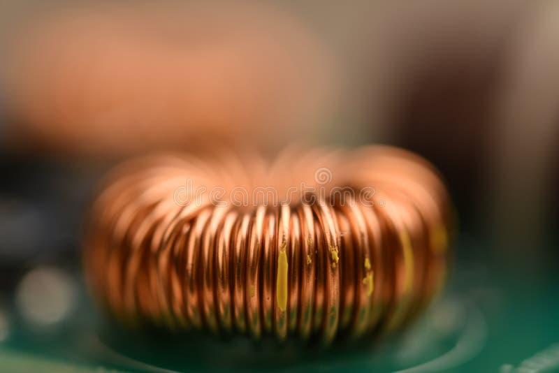 Única bobina de cobre no cartão-matriz foto de stock