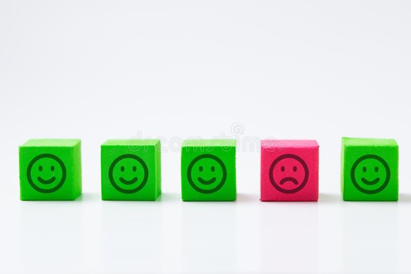 ?nica cara triste entre as caras de sorriso felizes fotografia de stock royalty free