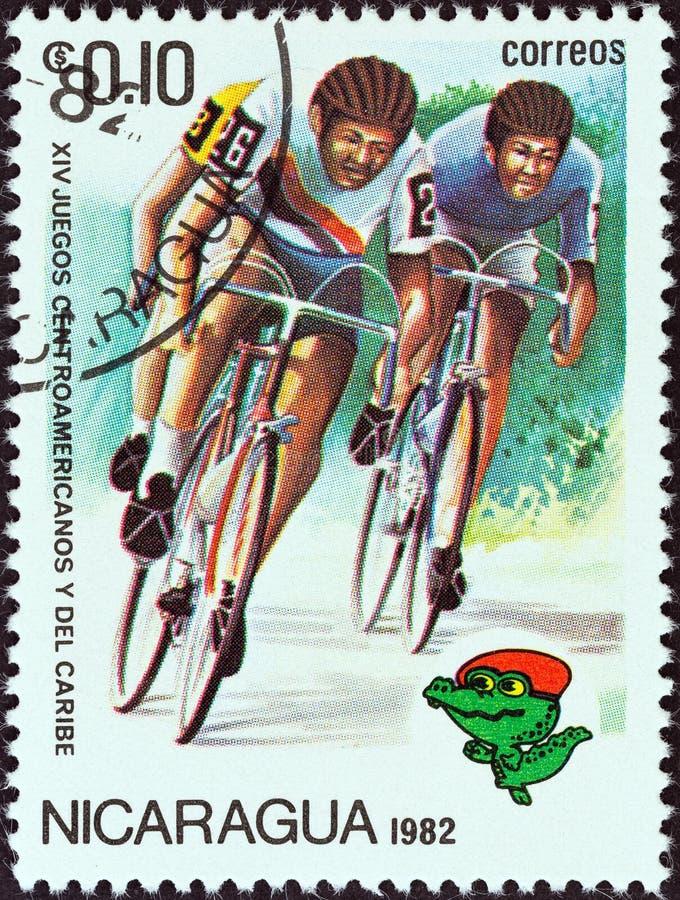 NICARÁGUA - CERCA DE 1982: Um selo impresso na bicicleta da estrada das mostras de Nicarágua que compete, cerca de 1982 imagem de stock