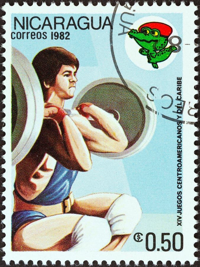 NICARAGUA - CIRCA 1982: Un sello impreso en levantamiento de pesas de las demostraciones de Nicaragua, circa 1982 imagen de archivo libre de regalías