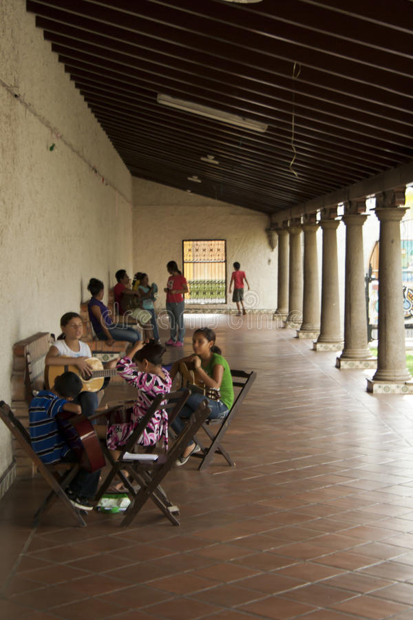 Nicaraguagitarren-Lektionen Redaktionelles Stockfotografie